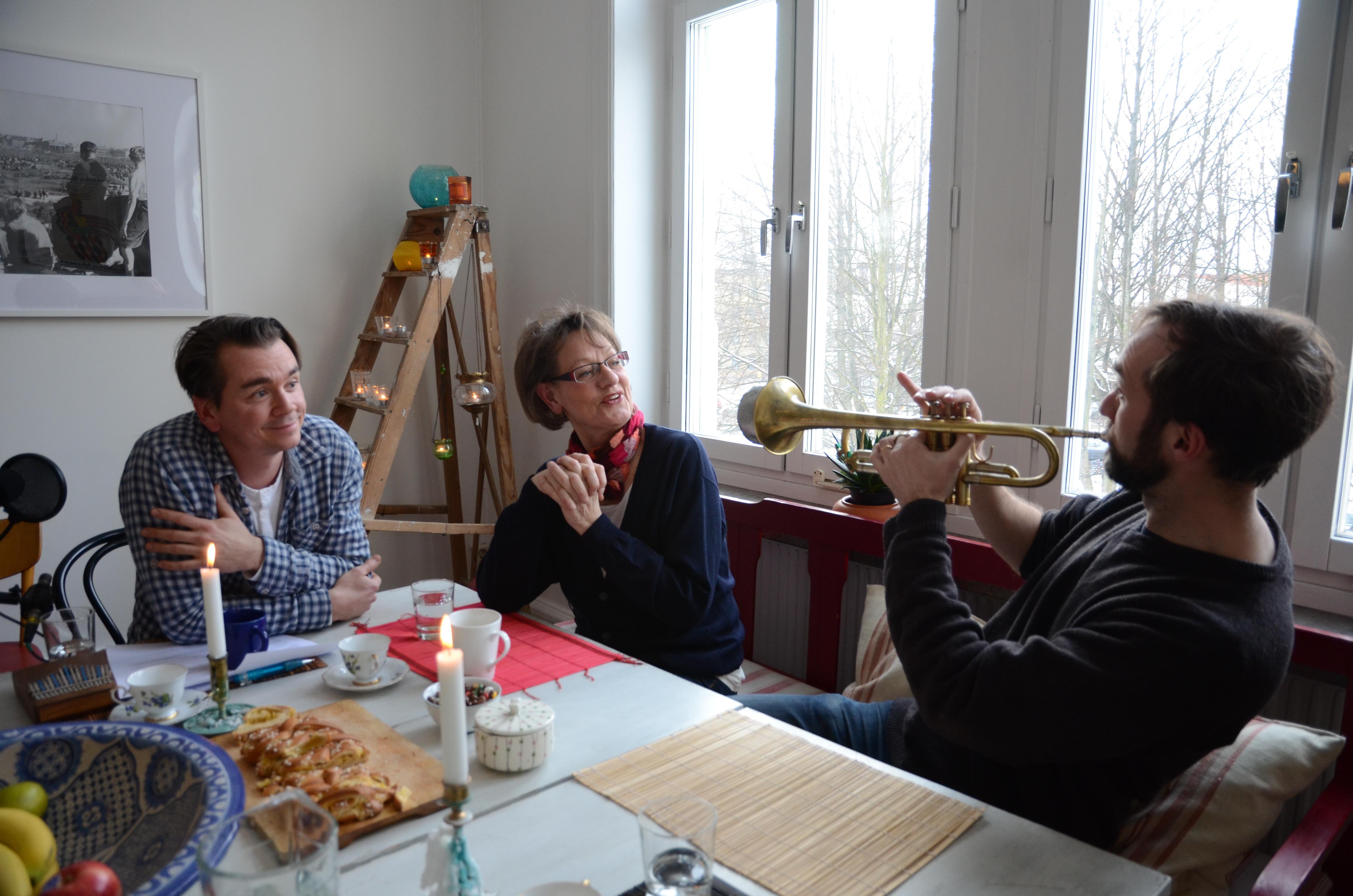 Mellansnack i P1 är en programserie med poeten och musikern Emil Jensen som bjuder in spännande gäster för samtal i sitt eget kök. FOTO: Lars Mogensen
